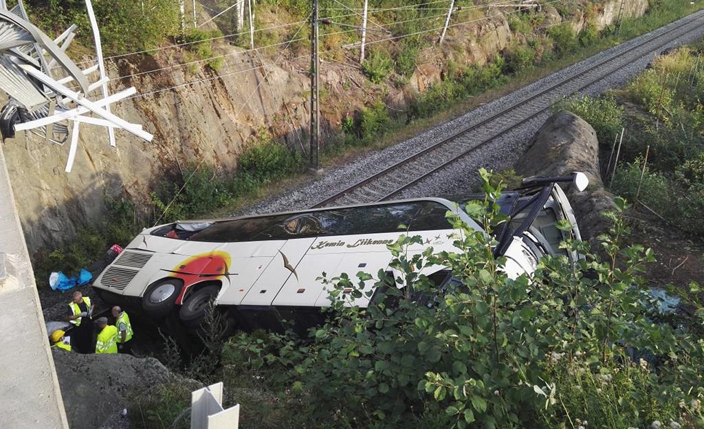 Iltalehden kuvaaja on Kuopiossa onnettomuuspaikalla. Bussi on edelleen rautatiekiskojen päällä. Kaikki ihmiset on kuitenkin saatu jo kello 15.40 aikaan pois sieltä.